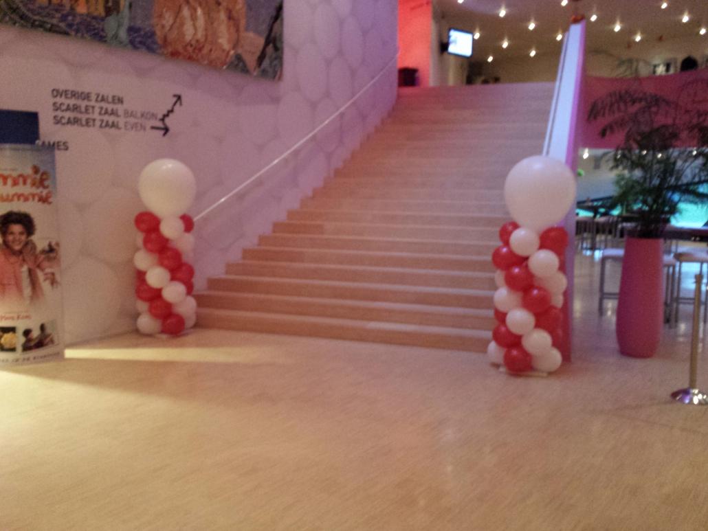 Ballonnenpilaar Rood Wit met Witte Topballon